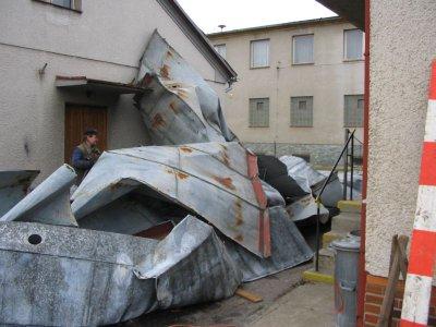 Střecha úřadu pomačkaná jako papír